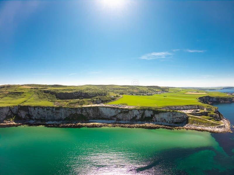 卡里克一座Rede索桥在Ballintoy北爱尔兰 在峭壁和绿松石大西洋水的鸟瞰图 库存照片