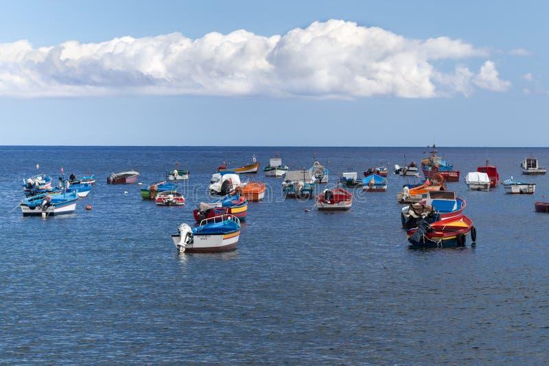 卡马拉-德洛布什,马德拉,葡萄牙- 2018年7月26日:渔夫明亮的小船村庄的海湾的 免版税图库摄影