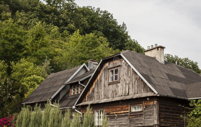 卡齐米日Dolny,波兰-顶房顶上面和烟囱-老房子 库存图片