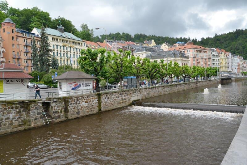 卡洛维手段的河Tepla变化 cesky捷克krumlov中世纪老共和国城镇视图 免版税库存照片