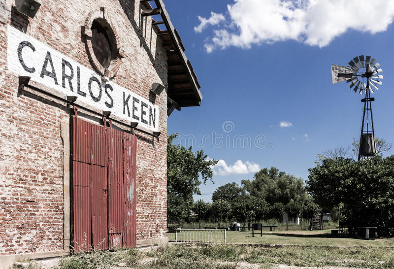 卡洛斯敏锐的火车站和风车 库存图片