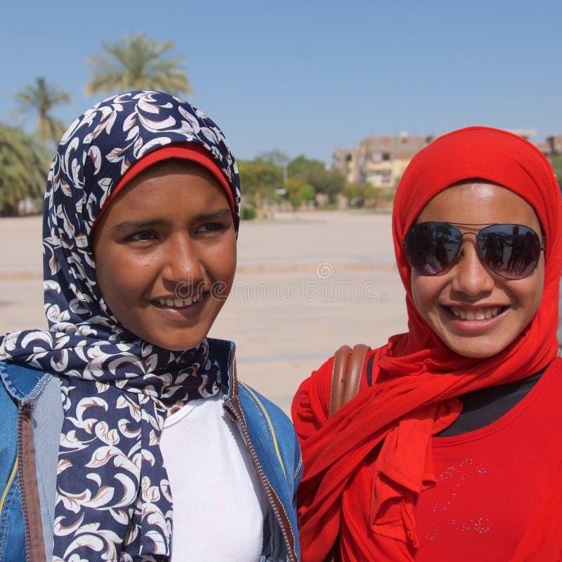 卢克索,埃及- 2018年3月:微笑在卢克索,埃及的埃及女孩 库存图片