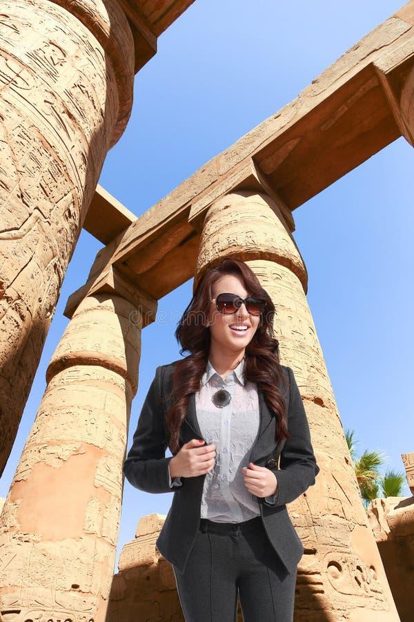 卢克索-埃及的旅游妇女 免版税库存图片