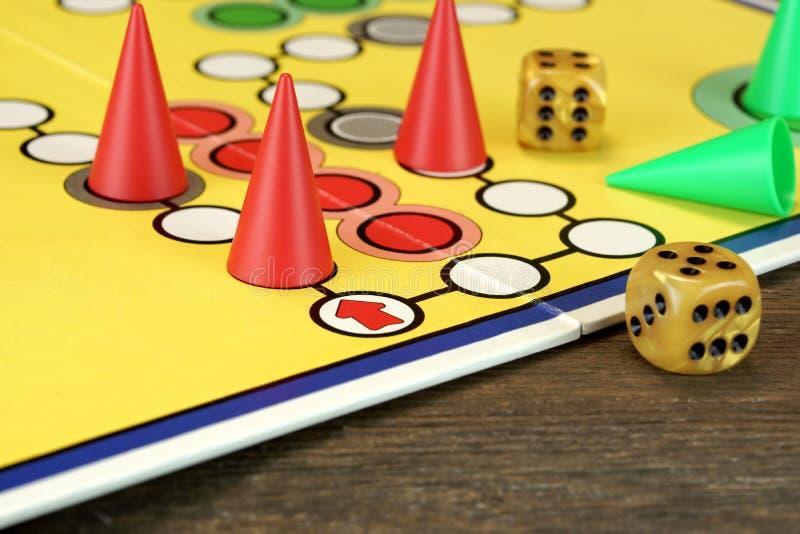 卢多或Parchis比赛委员会有演奏的图和两切成小方块 免版税库存照片