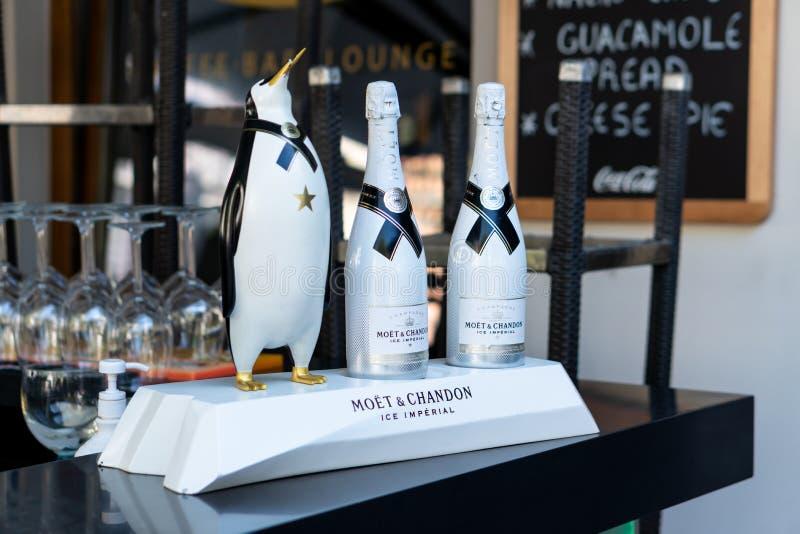 卢布尔雅那,斯洛文尼亚7 5 2019年:两个瓶Moet尚东冰皇家香槟 图库摄影