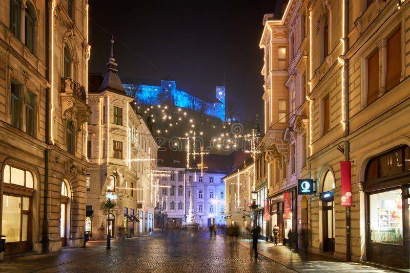 卢布尔雅那,斯洛文尼亚- 2017年12月21日:出现与圣诞节装饰照明设备的12月夜在卢布尔雅那` s在du的市中心 库存照片