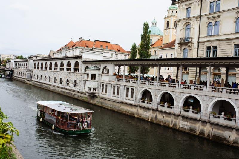 卢布尔雅那,斯洛文尼亚- 2017年8月15日:在Ljubljanica河运河的都市风景视图在卢布尔雅那 图库摄影