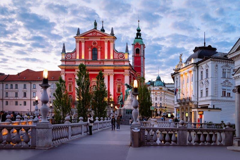 卢布尔雅那,斯洛文尼亚- 2018年4月27日:通告和三倍桥梁的维也纳方济各会教堂的人们在历史中心 库存照片
