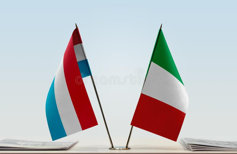 卢森堡和意大利的旗子 免版税库存照片