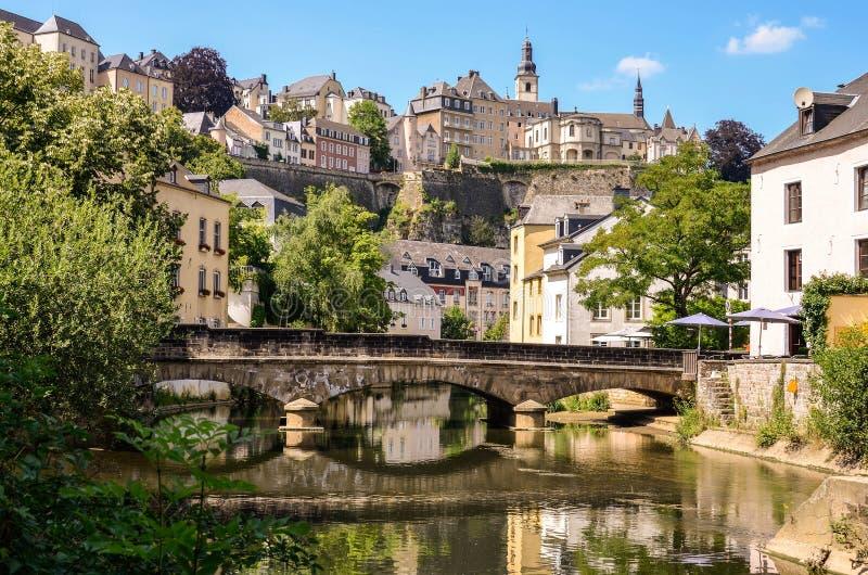 卢森堡市, Grund,在阿尔泽特河河的桥梁 免版税库存照片