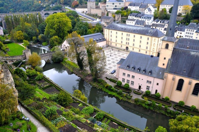 卢森堡市Grund区看见与Neumuenster修道院和阿尔泽特河河 免版税库存图片