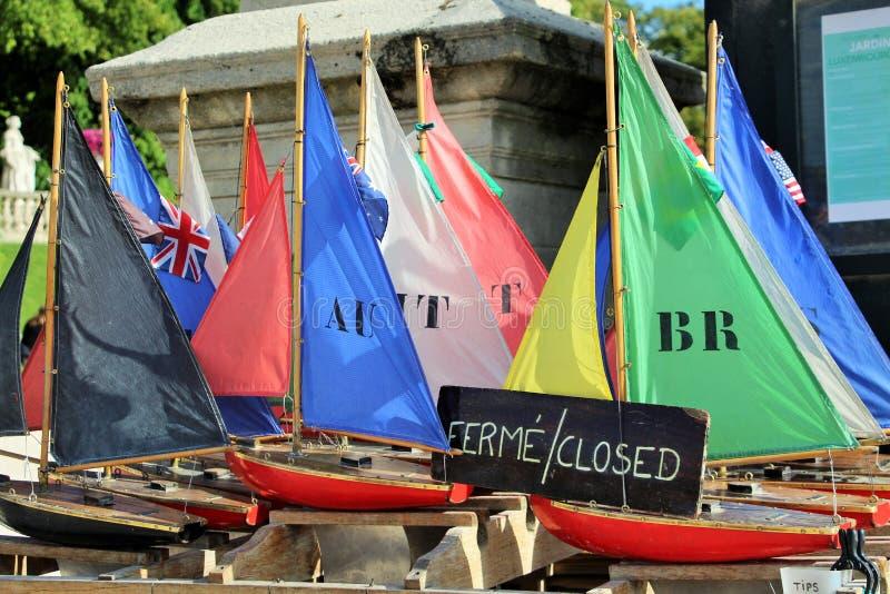 卢森堡花园的古董玩具船 免版税库存照片