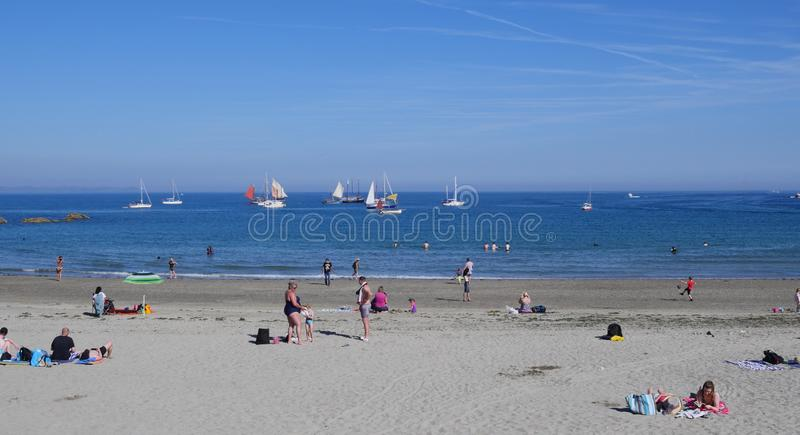 卢港海滩2019年7月5日,卢港Lugger赛船会小船停住海滩 库存图片