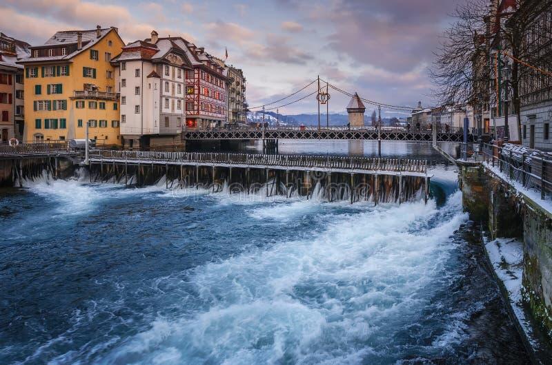 卢赛恩的历史的中心有水坝和桥梁的看法在河Reuss 免版税库存照片