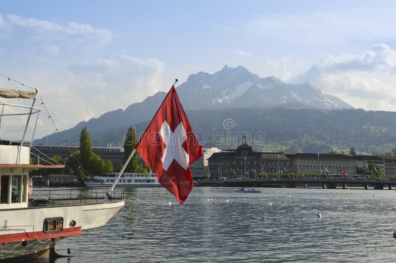 卢赛恩看法从湖卢赛恩和瑞士旗子的 库存照片