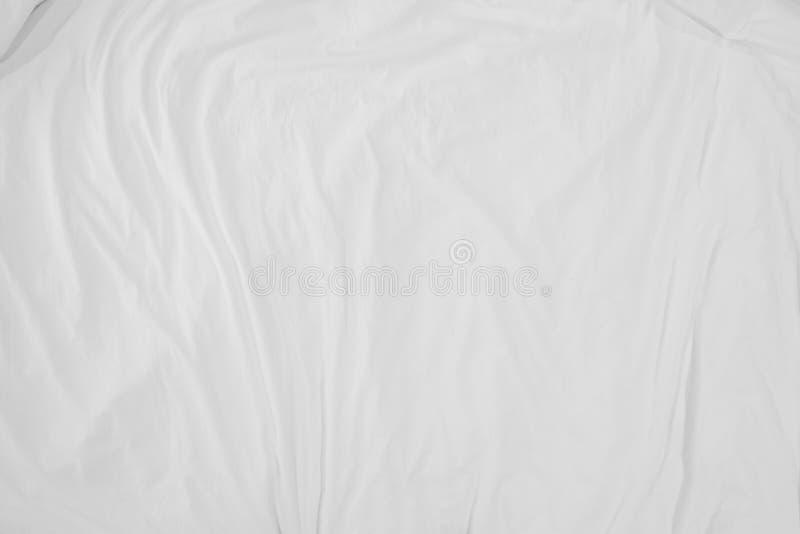 卧具顶视图覆盖折痕,白色织品起皱纹的纹理 免版税库存照片
