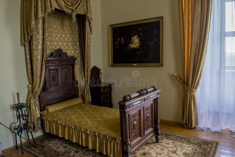 卧室与床,图片,在古老老城堡的帷幕的室内部 免版税图库摄影