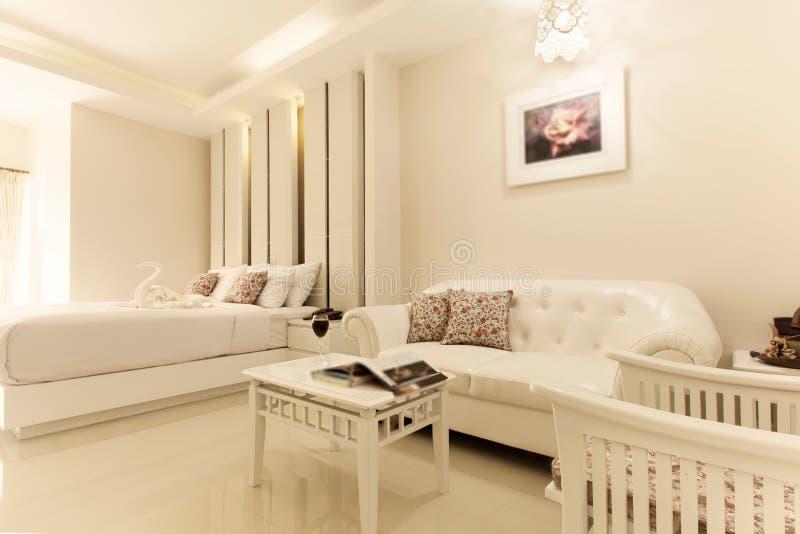 卧室内部在新的豪华家 免版税库存图片