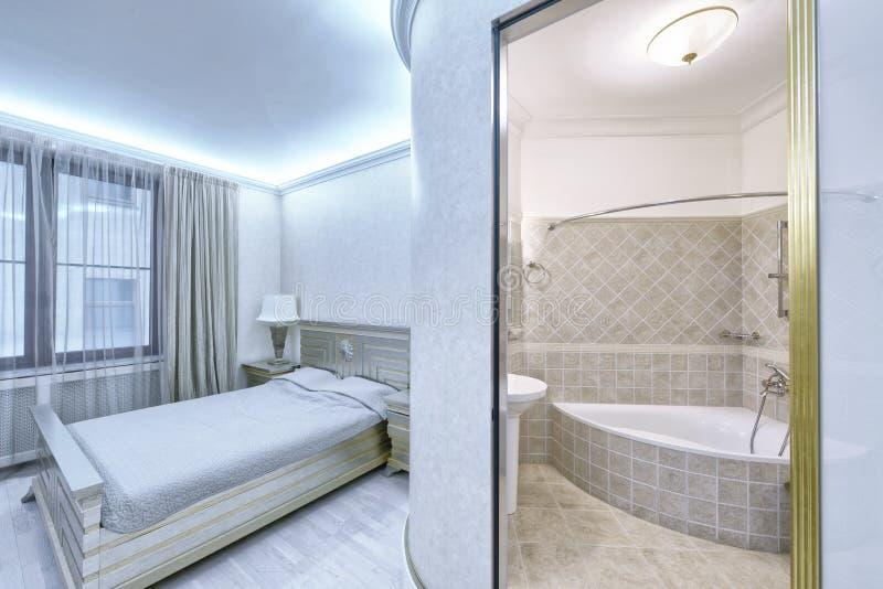 卧室内部在白色颜色现代房子里 库存图片