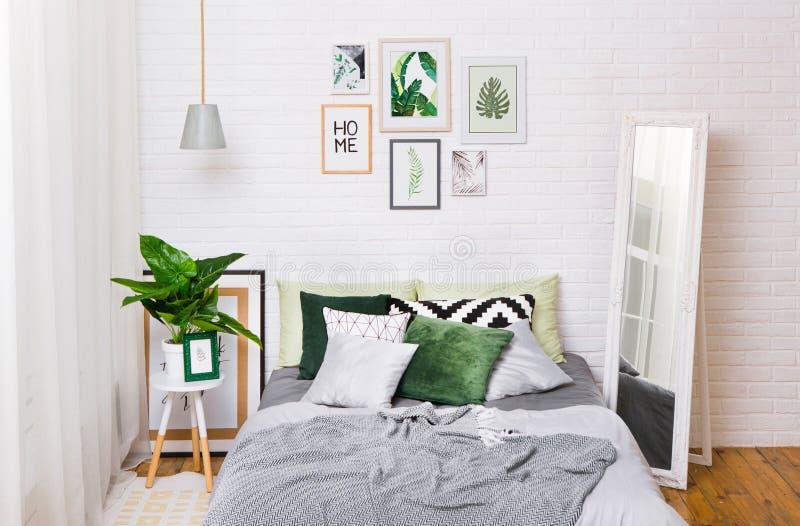 卧室内部房子床样式窗帘 库存图片