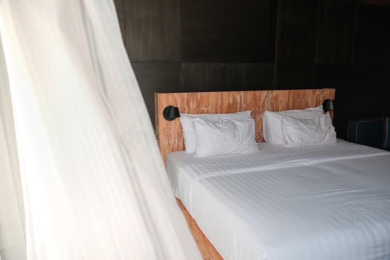 卧室图象与自然白天,吹在帷幕的夏天风 库存照片