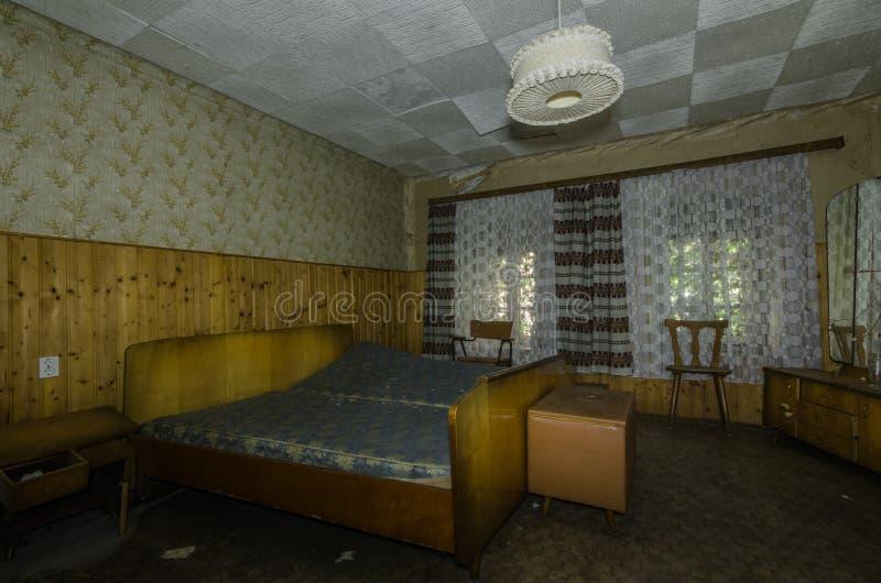 卧室在森林房子里 免版税库存图片