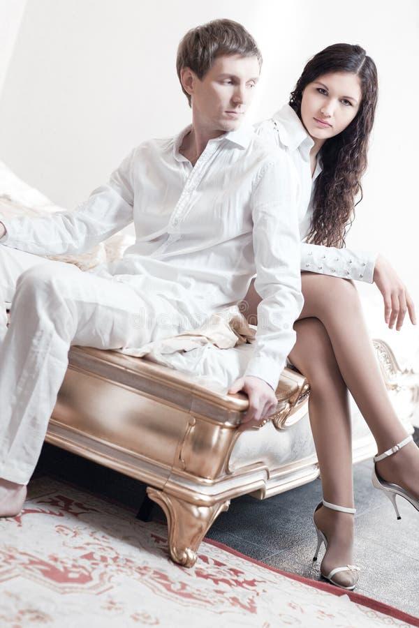 卧室夫妇年轻人 免版税图库摄影