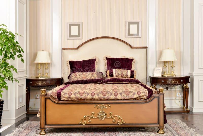 卧室室家具在豪华房子里 免版税库存照片