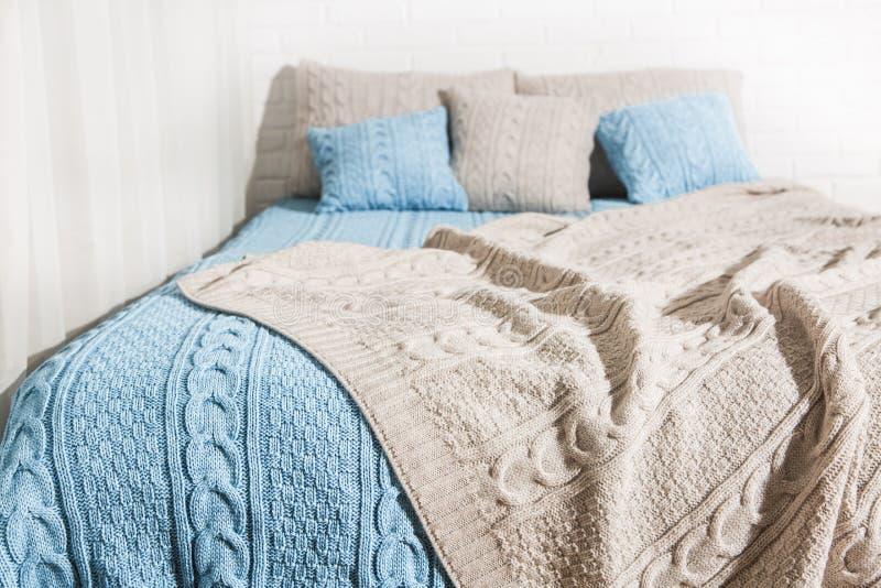 卧室床毯子格子花呢披肩蓝色灰棕色 库存图片