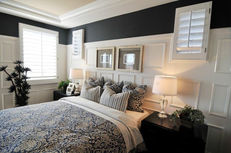 卧室美妙地设计了内部 免版税库存照片
