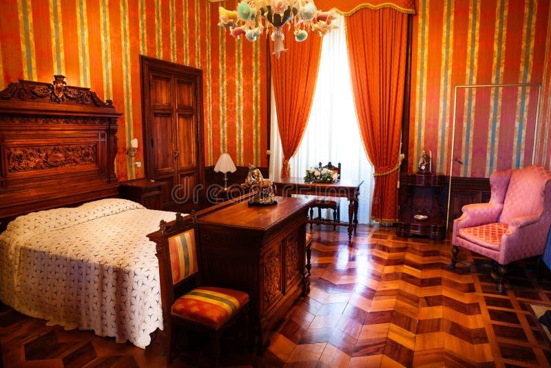 卧室19世纪 内部豪华家具公寓 免版税库存图片