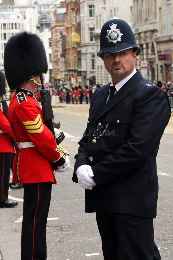 撒切尔葬礼的警察和英国陆军战士 免版税图库摄影
