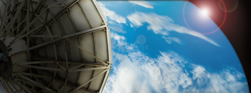 卫星盘关于背景数字式蓝色的传输数据 库存照片