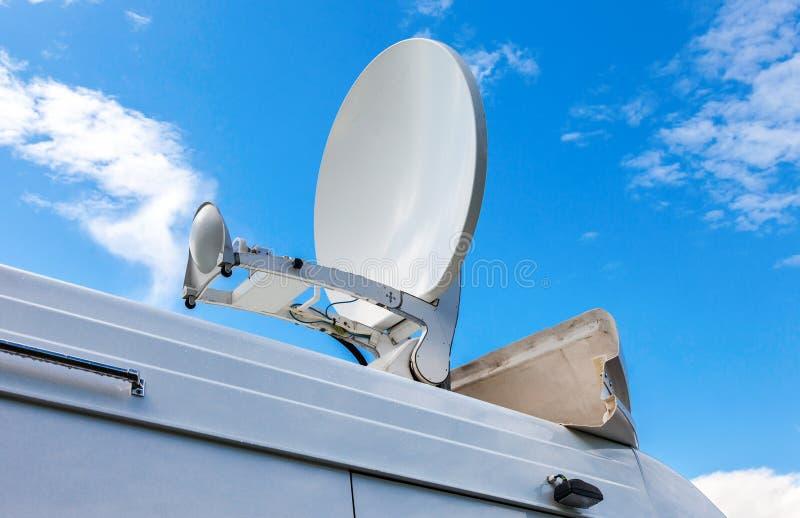 卫星盘在流动电视台登上了 免版税库存照片