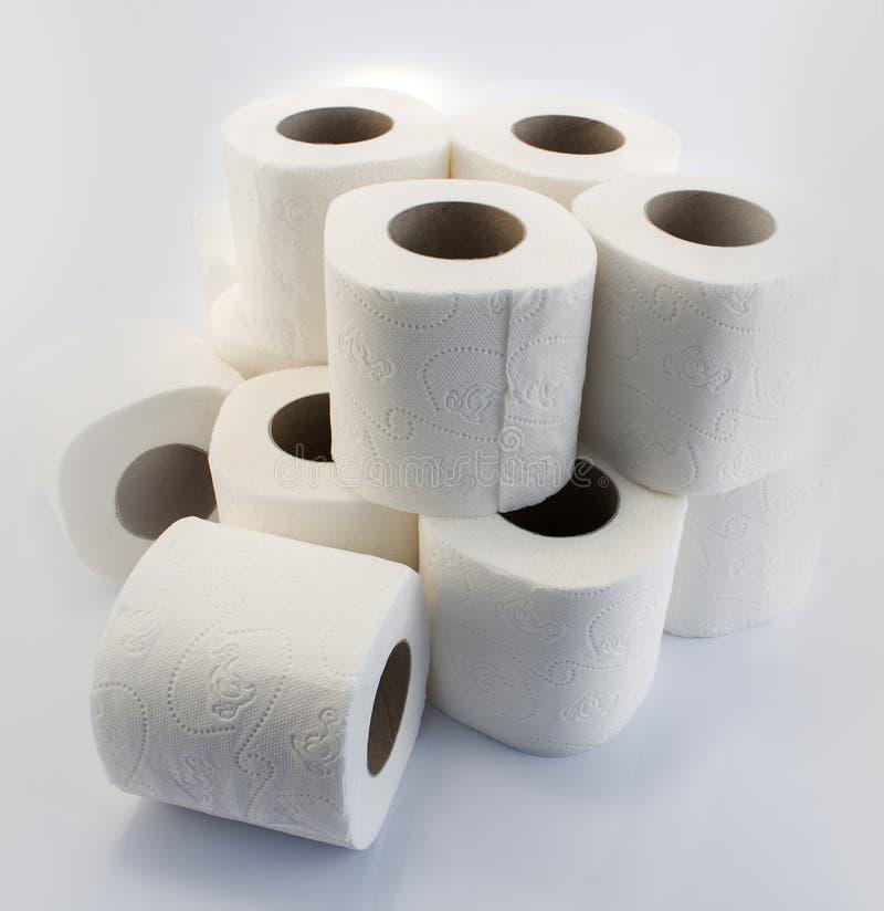 卫生纸在白色滚动 免版税库存照片