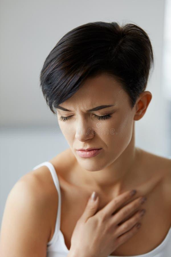 卫生问题 感觉在胸口的美丽的妇女强的痛苦 免版税库存图片