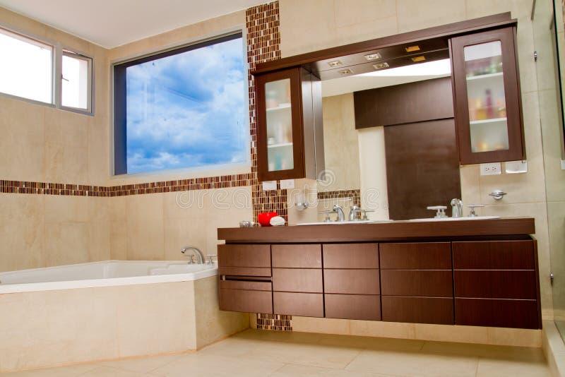 卫生间内部在现代房子,浴盆里 库存图片