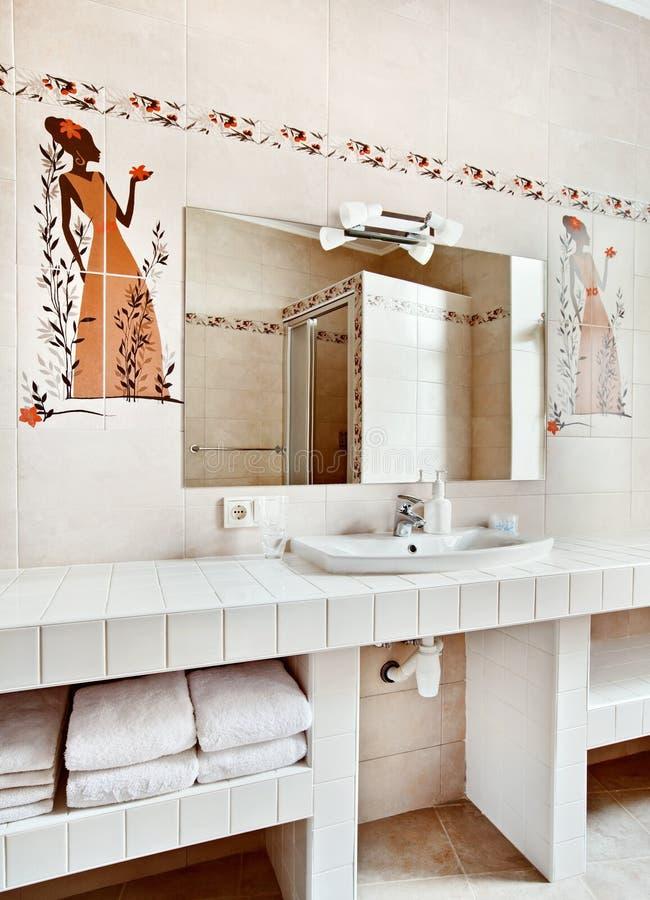卫生间内部镜子水槽 免版税图库摄影