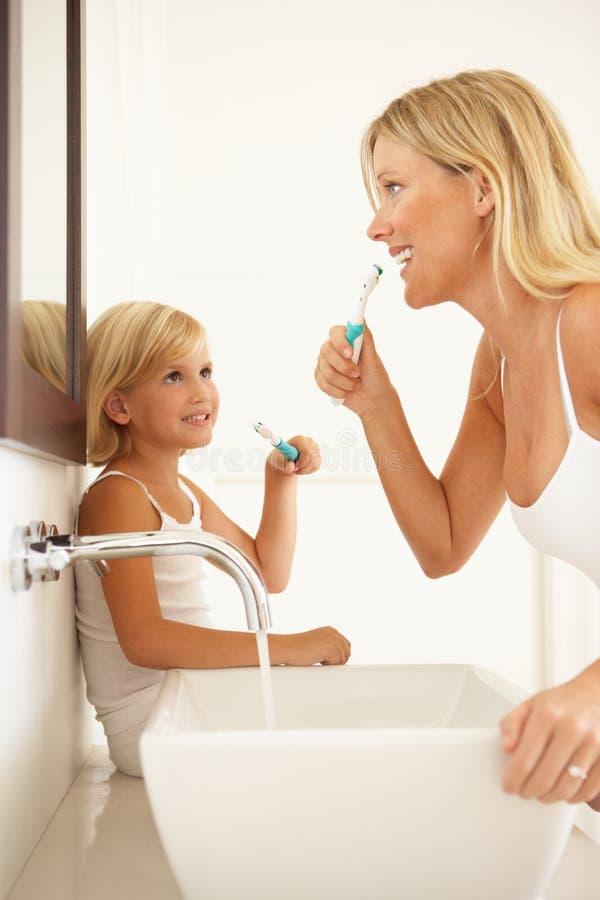 卫生间掠过的女儿母亲牙 免版税库存图片