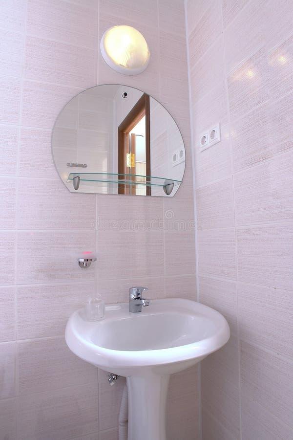 卫生间水槽和镜子 免版税库存照片