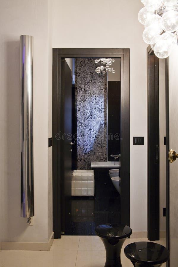 卫生间现代入口的家 库存照片
