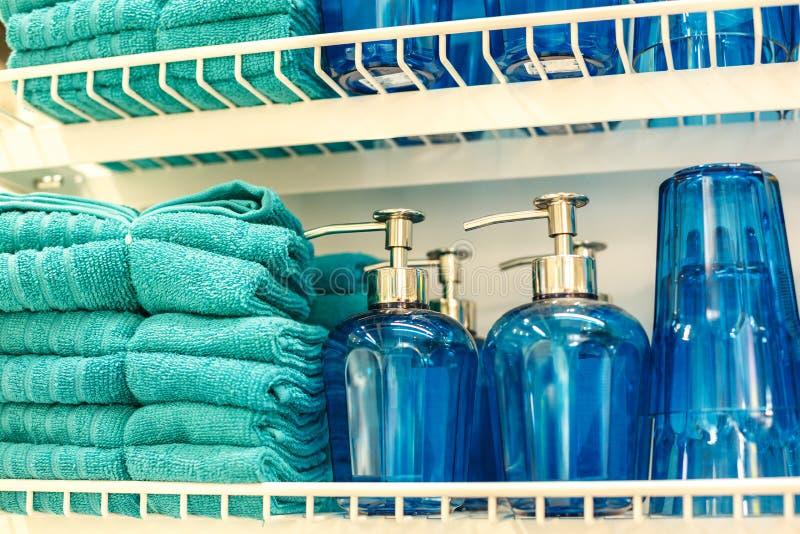 卫生间的毛巾和玻璃瓶 免版税库存照片
