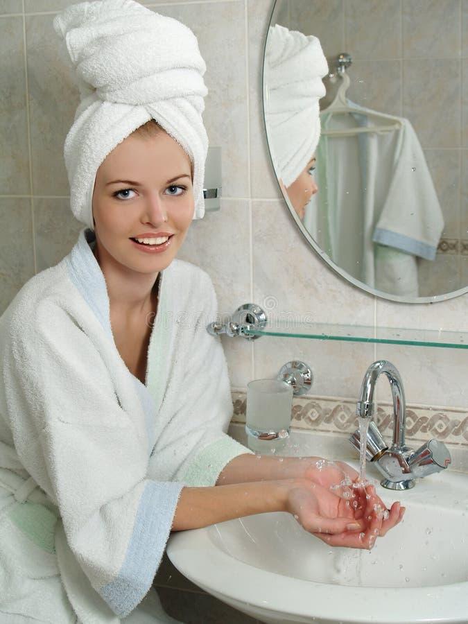 卫生间美丽的纵向妇女年轻人 免版税图库摄影