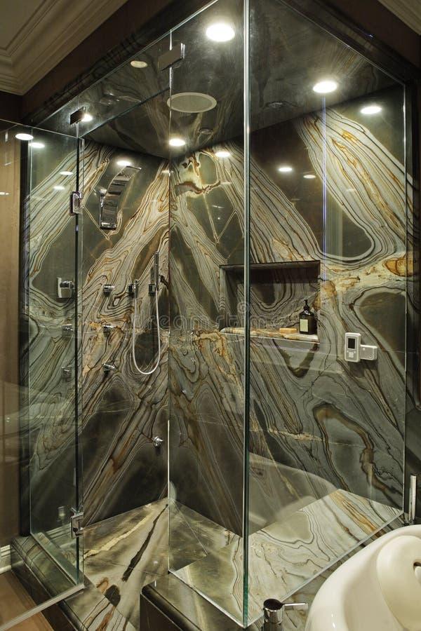 卫生间花岗岩绿色现代墙壁 免版税库存照片
