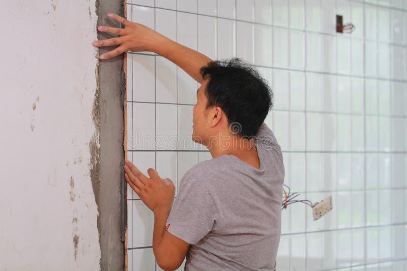 卫生间铺磁砖整修 免版税库存图片