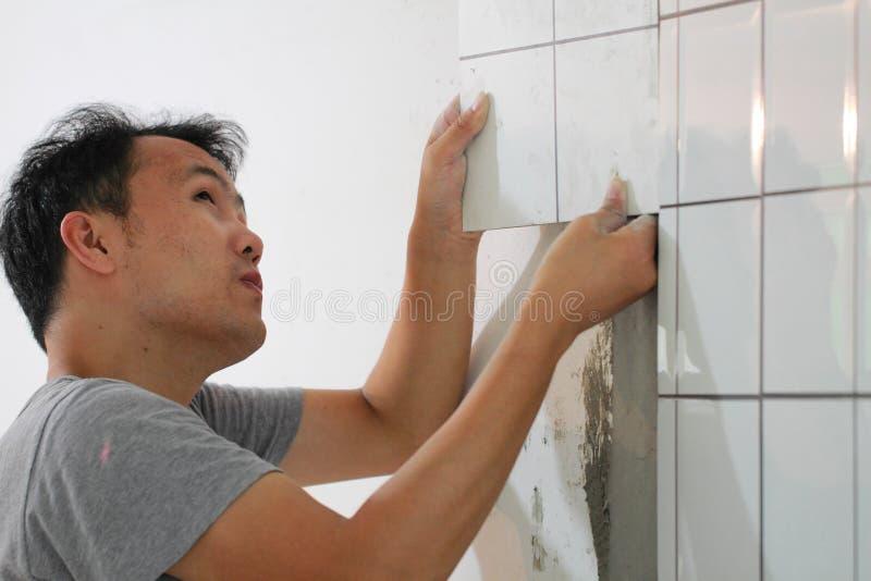 卫生间铺磁砖整修 库存照片