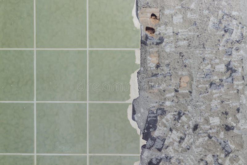 卫生间铺磁砖除破裂和被毁坏的下表面以外的墙壁 免版税库存图片