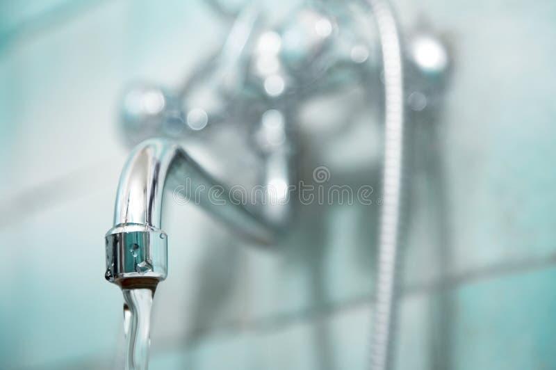 卫生间龙头水 免版税库存照片