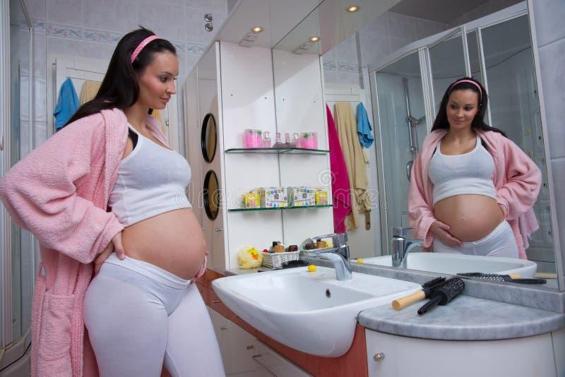 卫生间pregnanat妇女 免版税库存图片