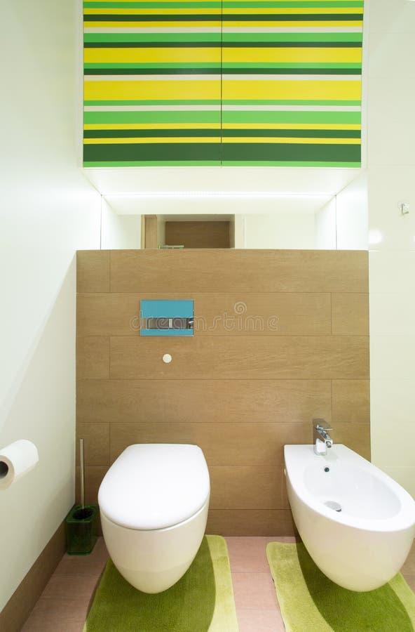 卫生间内部在现代房子里 免版税库存照片